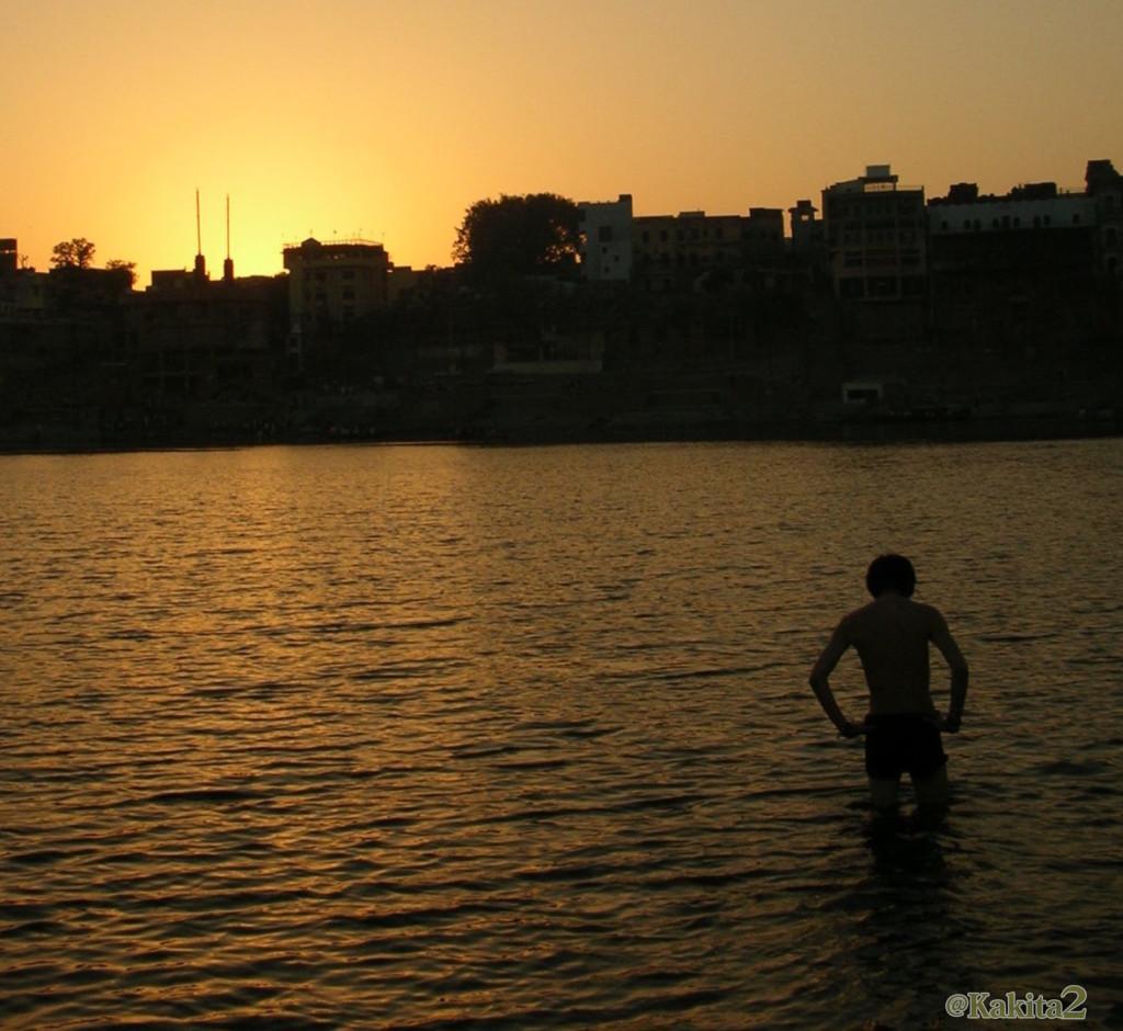 インド・ガンジス川で沐浴